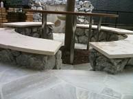 木を囲ったオリジナルガーデンテーブル